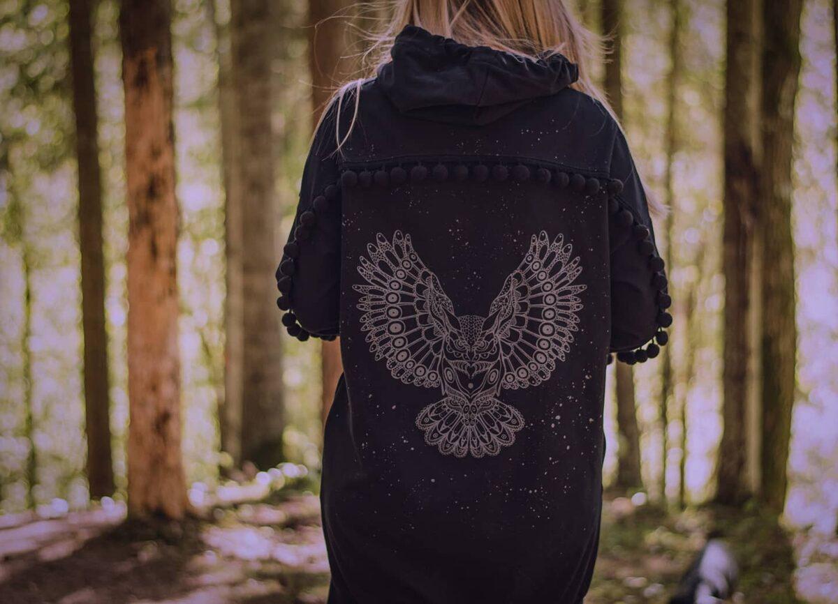 BUMBU džemperis ar grafisko pūci, melns